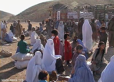 Food distribution among earthquake victims in Nahrin