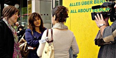 Foto: (von links) Heike Hänsel (MdB, Die Linke), eine türkische TV-Reporterin, Zoya. Copyright epo.de/peg