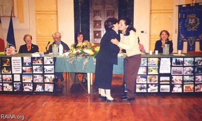 RAWA attivista che riceve la donazione, dopo un incontro pubblico a Foggia, Sud Italia