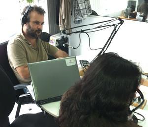 La activista Mitra Shomal, en la fotografía de espaldas para preservar su seguridad, fue entrevistada por Juan García Luján en 'El Correíllo'