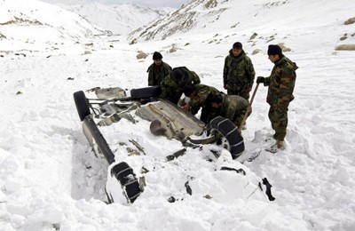 Afghan National Army (ANA) soldiers search for bodies in the snow after avalanches killed at least 157 people in Salang tunnel