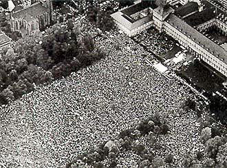 1983: Some 400,000 anti-war protesters gathered in Bonn