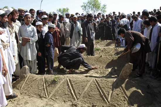 People bury bodies in Nangarhar