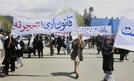 Afghan protesters supporting the new law