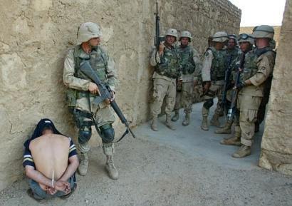US troops with prisoner